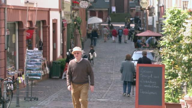 ms people walking on steingasse in old town / heidelberg, baden-wuerttemberg, germany - めがね点の映像素材/bロール