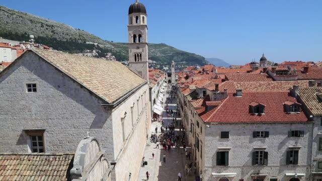 people walking on stradun street - 13世紀頃点の映像素材/bロール