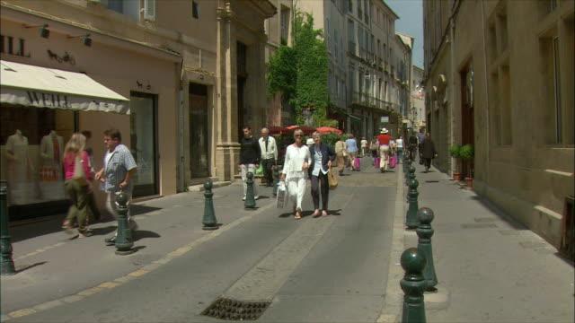 vídeos de stock, filmes e b-roll de ws people walking on street / aix-en-provence, provence, france - aix en provence