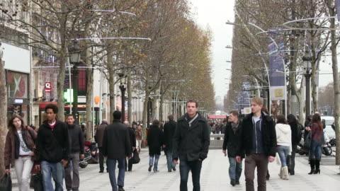 vidéos et rushes de ms people walking on street / paris, ile de france, france - rue