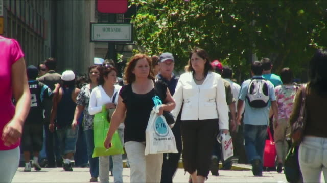 vídeos y material grabado en eventos de stock de ws people walking on street / santiago, chile - camino santiago
