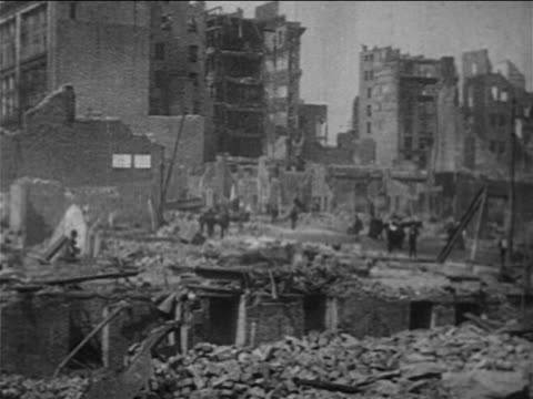 pan people walking on streets by destroyed buildings after san francisco earthquake / doc - anno 1906 video stock e b–roll