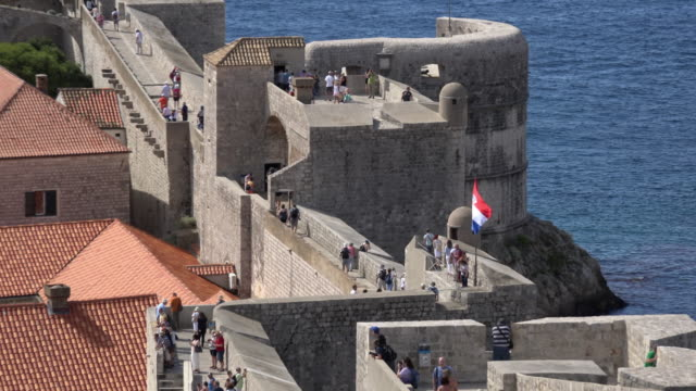 zo / people walking on the city walls of dubrovnik - omgivande mur bildbanksvideor och videomaterial från bakom kulisserna