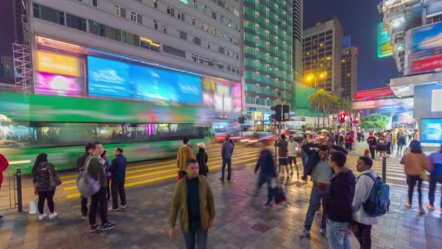 Passanten auf der Straße bei Nacht Hong Kong