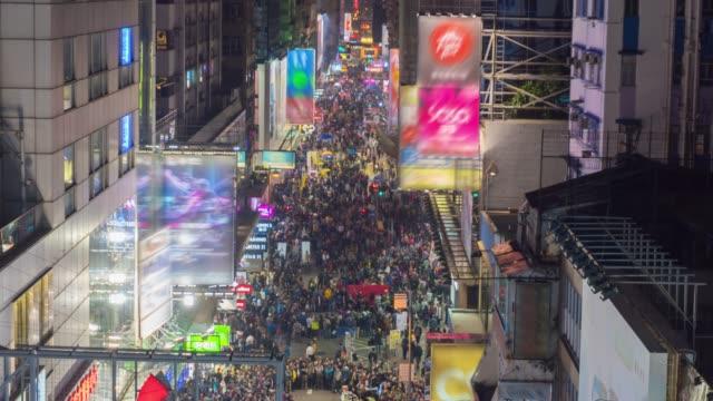 Passanten auf der Straße in der Nacht