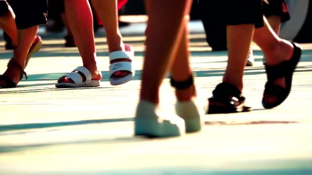 スローモーション、歩道を歩いている人 - 踏む点の映像素材/bロール