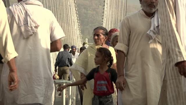 vídeos de stock, filmes e b-roll de people walking on the street - rishikesh