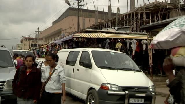 people walking on the streets - アフリカの角点の映像素材/bロール