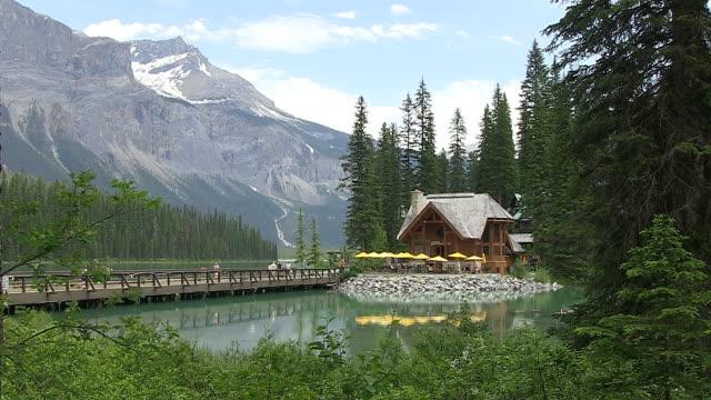 MS People walking on wooden bridge at Emerald Lake / Yoho Nationalpark, British Columbia, Canada