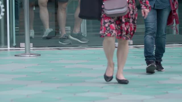 vídeos y material grabado en eventos de stock de gente saliendo del centro comercial, movimiento lento - señal de salida señal de dirección