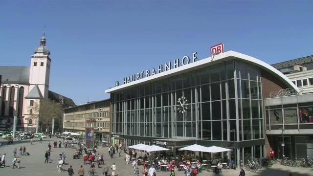 vídeos de stock, filmes e b-roll de ws people walking outside central station / cologne, north rhine-westphalia, germany - escrita ocidental