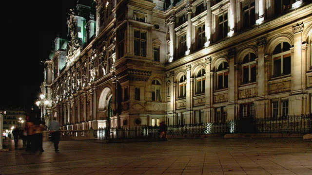 ws t/l people walking outside hotel de ville at night / paris, ile-de-france, france - hotel de ville paris stock videos & royalty-free footage
