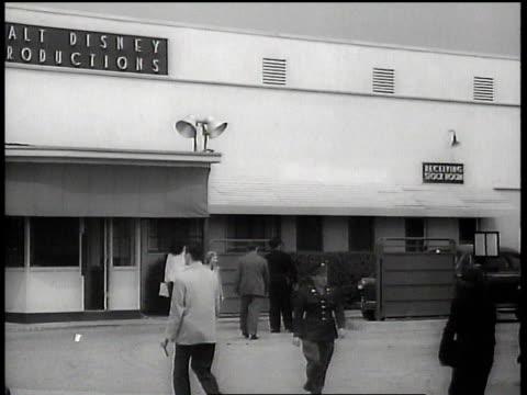 vídeos de stock, filmes e b-roll de 1943 ws people walking outside of walt disney animation studios / hollywood, california, united states - walt disney animation studios
