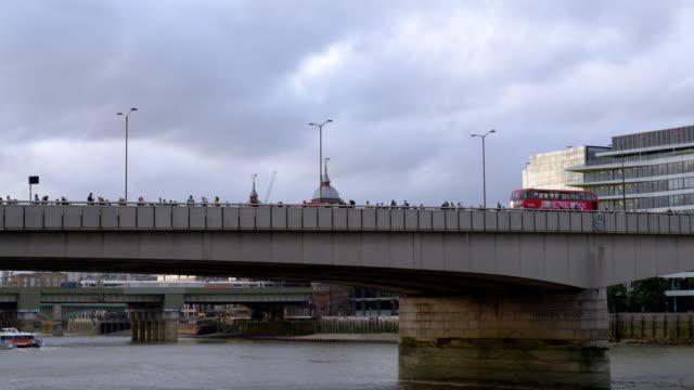 Menschen wandern über London Bridge