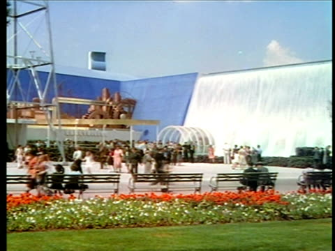 1940 people walking past huge fountain at new york world's fair / industrial - esposizione universale di new york video stock e b–roll