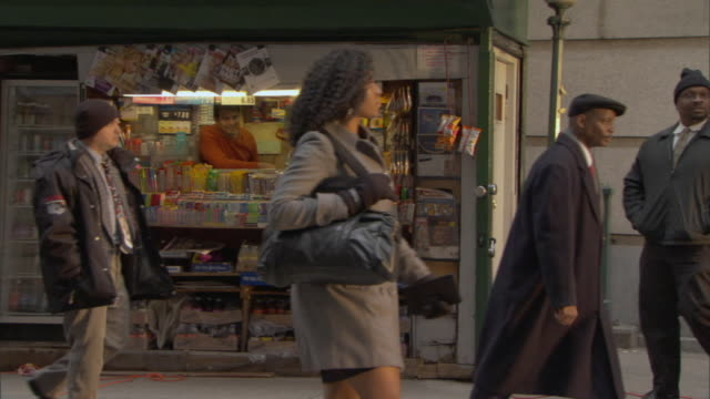 vidéos et rushes de ms people walking past news stand on city street / manhattan, new york, usa - kiosque à journaux