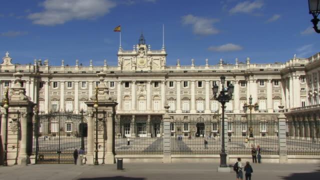vídeos y material grabado en eventos de stock de ws t/l people walking past royal palace/ madrid, spain - unknown gender