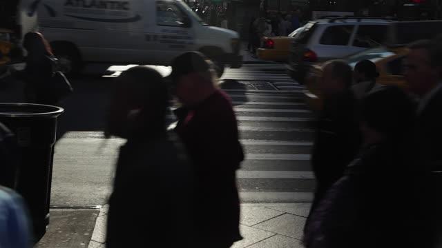 vídeos de stock, filmes e b-roll de people walking shadow and taxi cars in new york city - alto contraste