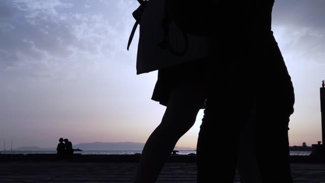 人々はスローモーションを歩く - 歩道点の映像素材/bロール