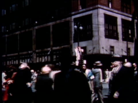 vidéos et rushes de 1951 montage people walking the streets of detroit / michigan, united states - détroit michigan