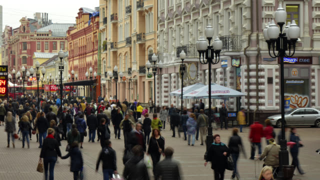 vídeos de stock, filmes e b-roll de t/l people walking through arbat area - russia