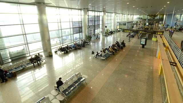 wa t/l people walking through barajas airport/madrid, spain - flugpassagier stock-videos und b-roll-filmmaterial