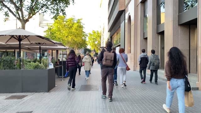 vídeos de stock e filmes b-roll de people walking through empty streets after covid 19 in barcelona, spain. sunset in spring 2021 downtown ramblas - organização