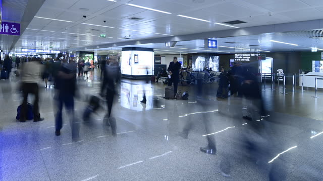wa t/l people walking through fiumicino airport/rome,italy - flugpassagier stock-videos und b-roll-filmmaterial