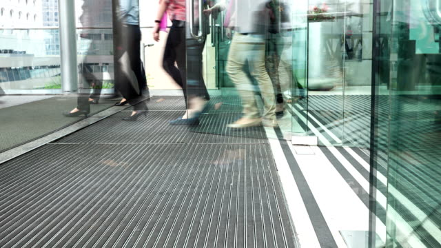 stockvideo's en b-roll-footage met people walking through modern building entrance door,time lapse. - ingang