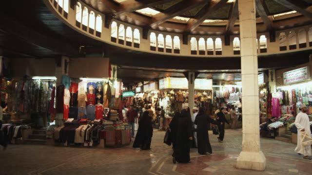 ws pan people walking through mutrah souk, muscat, oman - oman stock-videos und b-roll-filmmaterial