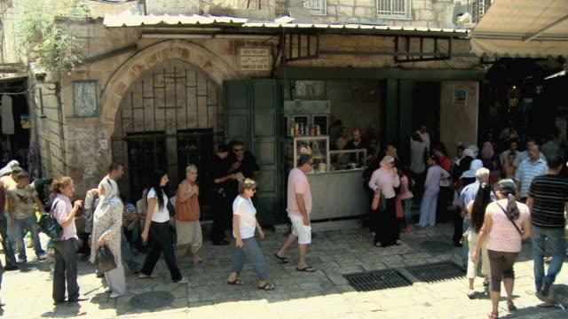 ms pas ha people walking through stone paved street in old town / jerusalem, israel - besichtigung stock-videos und b-roll-filmmaterial