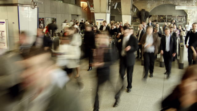 ws zo t/l people walking through waterloo station / london, england, uk - station stock videos & royalty-free footage