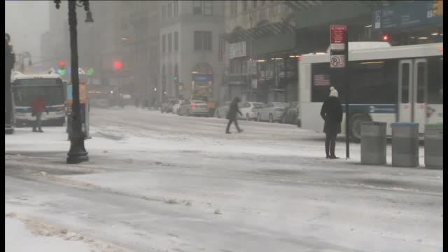 stockvideo's en b-roll-footage met wpix people walking through winter storm - metrostation