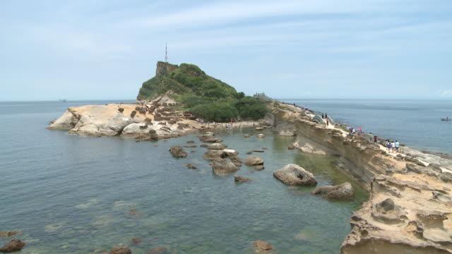 vidéos et rushes de people walking to an island in yeliu, taiwan - strate géologique