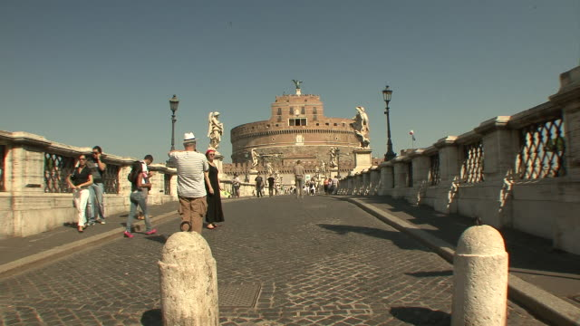 ws people walking to and from castel st angelo / rome, italy   - photographing stock-videos und b-roll-filmmaterial