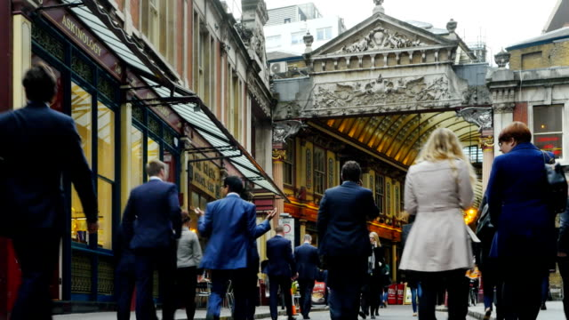stockvideo's en b-roll-footage met mensen lopen naar london leadenhall market - markt