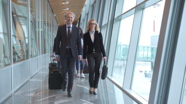 vídeos y material grabado en eventos de stock de gente caminando hacia las puertas de salida en el aeropuerto - embarcar