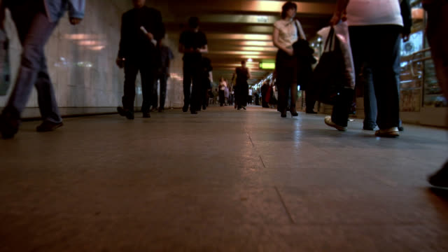 vídeos y material grabado en eventos de stock de a pie de metro de moscú. - pie humano