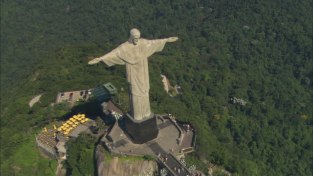 vidéos et rushes de aerial oh people walking up steps and on platform at base of christ the redeemer statue/ rio de janeiro, brazil - corcovado