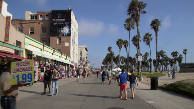 vidéos et rushes de people walking - venice beach - trottoir