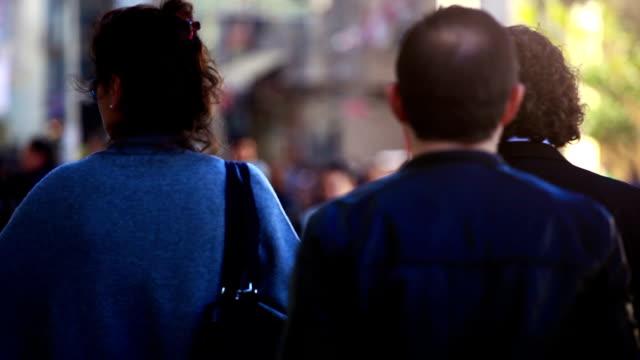 vídeos de stock, filmes e b-roll de hd: pessoas caminhando - passar a frente