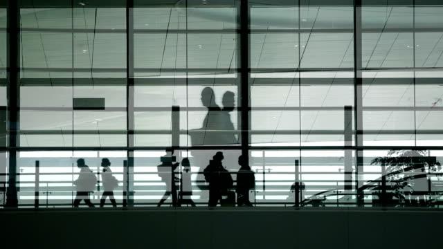 Menschen zu Fuß mit dem Gepäck an einer modernen Station