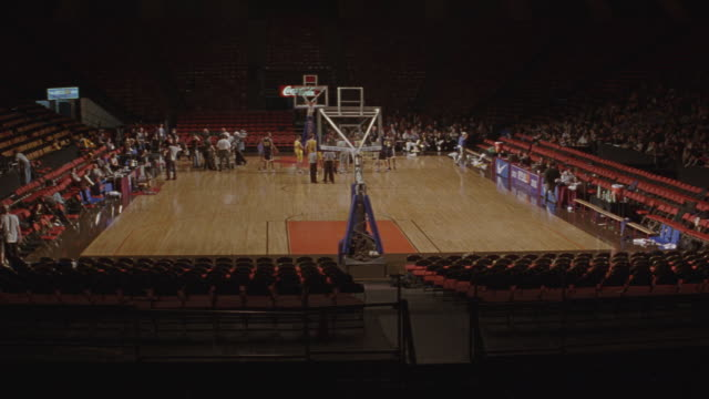 people wander around the court at madison square garden. - スポーツコート点の映像素材/bロール