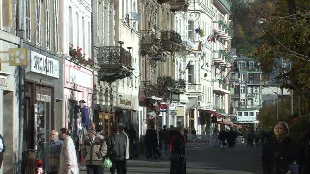 stockvideo's en b-roll-footage met people wander past shops - tsjechië