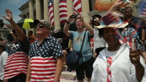 """stockvideo's en b-roll-footage met people watch the independence day parade outside the national archives on july 4, 2019 in washington, dc. president trump is holding a """"salute to... - optocht"""