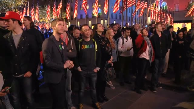 people watch the initial results of the 2016 presidential elections at rockefeller center in new york united states on november 8 2016 - 2016年点の映像素材/bロール