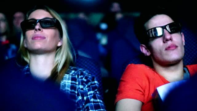 Mensen kijken naar een film in de bioscoop.