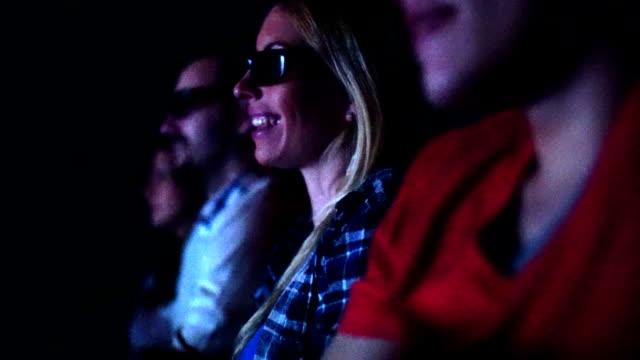 vidéos et rushes de personnes de regarder un film au cinéma. - lunettes de vue