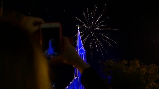 グラマド、リオグランデ・ド・スルで花火ショーを見ている人々 - 大晦日 - リオグランデドスル州点の映像素材/bロール