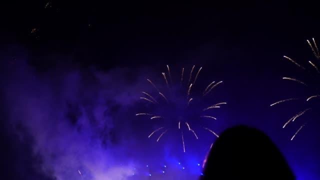 vídeos y material grabado en eventos de stock de la gente viendo fuegos artificiales - grupo grande de personas